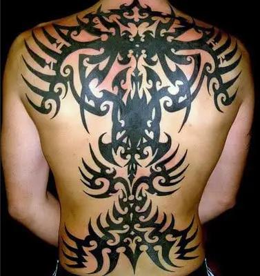 tato tribal di punggung laki